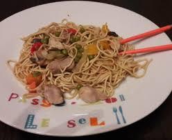 comment cuisiner les nouilles chinoises porc sauté aux nouilles chinoises cuisson au wok recette de porc