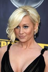 country singer with short hair kellie pickler goes back to blonde after redhead stint