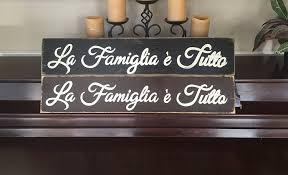 amazon com la famiglia e tutto family is everything sign plaque
