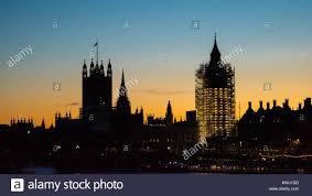 les chambres du soleil les chambres du parlement et big ben enveloppé dans l échafaudage