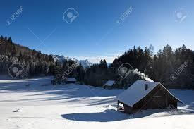 Cabane En Montagne Rural Paysage D U0027hiver Ensoleillée Avec Des Cabanes En Rondins