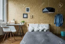 chambre avec mur en cozy chambre adolescente avec mur en bois à la mode banque d images