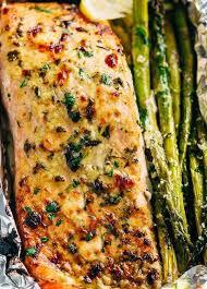 cuisiner sain préparez vous des papillotes de saumon et asperges pour manger sain