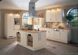 cuisine blanche et bois cuisine en bois design free cuisine avec plan de travail granit et