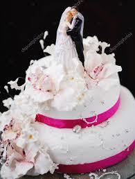 hermosa torta de boda decorado con flores de color cremosas