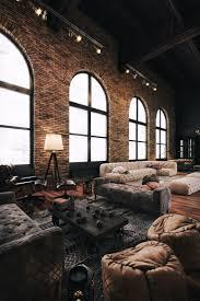 grand salon ou showroom dans une ambiance de loft industriel deco