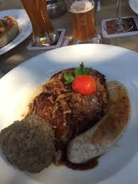 cuisine allemagne excellent plat de cuisine allemande trio de saucisses avec une