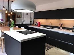 hotte de cuisine design cuisine design avec hotte ilot lustre et verrière en ce qui