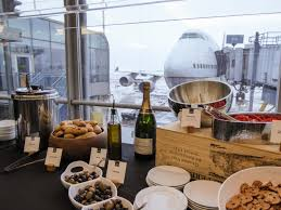united air flirts with fast casual makes changes to lounges