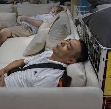Schlafzimmer Bei Ikea Chinesen Machen Gerne Nickerchen Im Ikea Möbelhaus Welt
