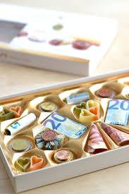 hochzeitsgeschenke ideen geld selber machen kreatives geldgeschenk pralinen aus scheinen und münzen zu
