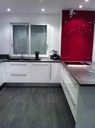 cuisine blanche mur framboise fond de hotte verre couleur framboise photo 1 7 fond de hotte