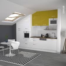 cuisine jaune et blanche cuisine jaune et blanche en i de style moderne implantation sous