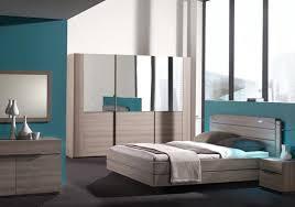 chambre d h es dr e table de chevet en chêne rotin avec tapis fourrure gris armoire