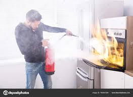 extincteur pour cuisine homme aide extincteur pour arrêter feu provenant four