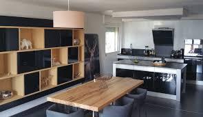 meuble cuisine central meuble de cuisine noir laqu dans un espace ouvert sur le salon