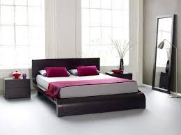 chambre bois blanc meuble moderne en bois blanc et foncé couvre lit uni tapis gris de