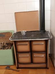fourneau de cuisine fourneau brûlant en bois dans une cuisine d une maison 3 de