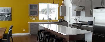 cuisine blanche sol noir carrelage de sol en marbre crème armoire cuisine poutre