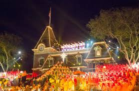 chris hemsworth narrates candlelight ceremony and processional at