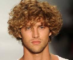 coupe de cheveux homme fris coiffure homme mi frisé