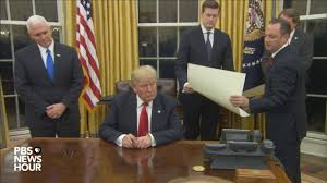 watch president trump u0027s first signings in oval office youtube