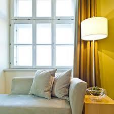 rideau pour fenetre chambre stores ou rideaux comment habiller les fenêtres le bel âge