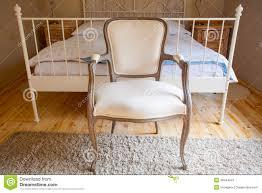 chaise pour chambre à coucher intérieur de chambre à coucher de vintage lit et rétro chaise image