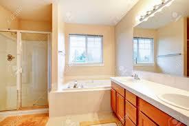 badezimmer schrã nke elfenbein badezimmer mit beige fliesen und holz schränke glastür