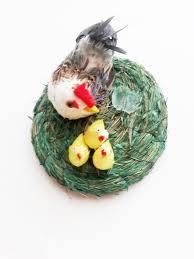 dem1007 sehr schönes deko nest mit henne hahn und küken in grün