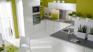 cuisine mur couleur murs cuisine avec meubles blancs avec salon avec carrelage