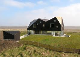 dune house crushes the glass with its hybrid roof design looks