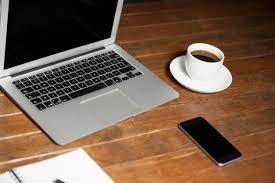 ordinateur portable de bureau bureau de bureau avec un ordinateur portable téléphone portable et