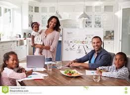 cuisine en famille réunion domestique dans la cuisine famille regardant à l appareil