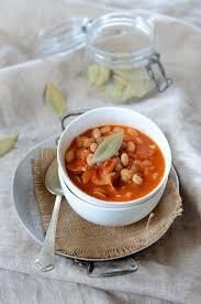 cuisiner haricots blancs secs potée de haricots blancs sauce tomate et saucisse recette