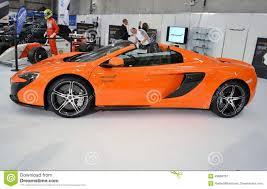 voiture de sport vue de côté à la voiture de sport orange de luxe de mclaren650s