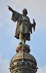 La estatua de Colón tirada detrás de la rosada