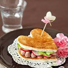 cuisiner pour amoureux petit djeuner en amoureux creative en cramique tasse petit