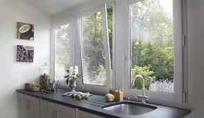 cuisine avec porte fenetre les fenêtres et la lumière naturelle dans cuisine
