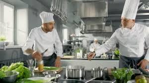chefs de cuisine celebres deux célèbres chefs travaillent en équipe dans une grande cuisine de