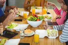 petit d駛euner au bureau collègues prenant le petit déjeuner dans le bureau image stock