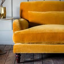 canap velours grand canapé velours jaune dans salon retro photos de canapes jaunes