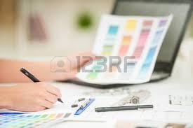architecte d int ieur bureaux femme architecte d intérieur travaillant au bureau avec nuancier et