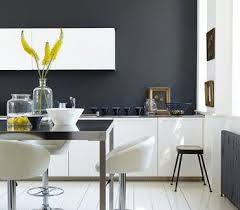 cuisine blanche mur gris une peinture gris anthracite dans une cuisine blanche
