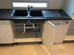 pose evier cuisine evier cuisine avec meuble cuisine couleur ivoire classique de bord