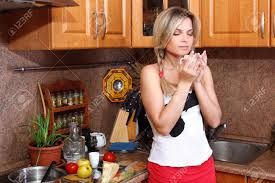 cuisine femme petit déjeuner cuisine femme avec une boisson chaude dans la cuisine