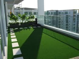 balkon kunstrasen grüner teppich terrasse rheumri
