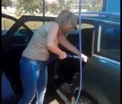 nettoyage si e voiture une femme lave l intérieur de sa voiture au karcher