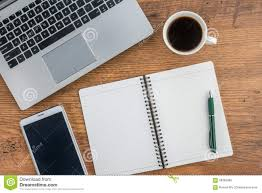 ordinateur portable ou de bureau ordinateur portable tablette de carnet et tasse de café sur le