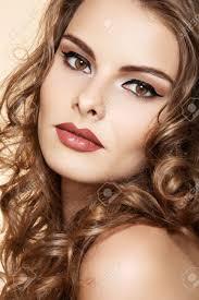 bella donna con la moda make up e lucenti i capelli ricci